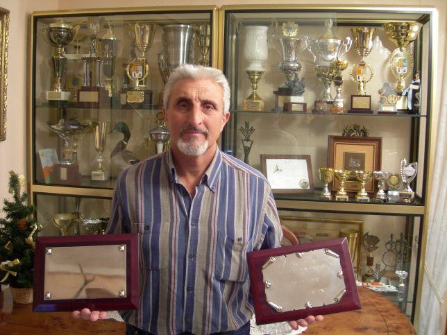 4.4._Ricardo_Pequerul_posando_con_los_trofeos_de_Campeón_de_España_en_su_casa_de_Vinaceite_(10).jpg