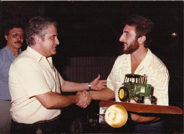 4.4._Ricardo_Pequerul_recibiendo_el_trofeo_de_Campeón_Provincial_en_1986(9).jpg